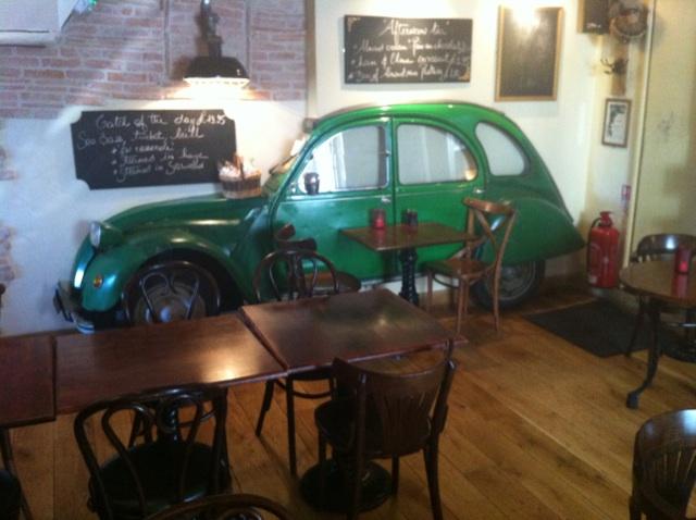 """Une bonne adresse """"Le Petit Café"""" et """"Le Petit Bistrot"""" à Guernesey tenue pas un couple Servannais, décoiffant comme une Deuch dans le mur (juste devant la station taxis anglais)"""
