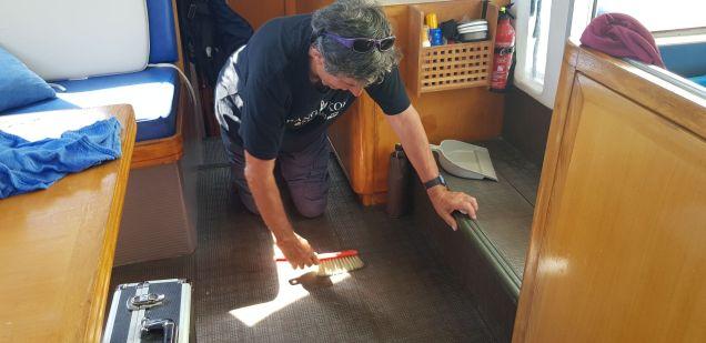 Un homme de ménage à bord